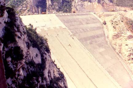 ft (1996) 1.55H/1V PVC 1.6H/1V BOVILLA DAM PVC geomembrane, 3 mm thick, heat-bonded to a polypropylene continuous filament needle-punched nonwoven geotextile, 700 g/m 2.