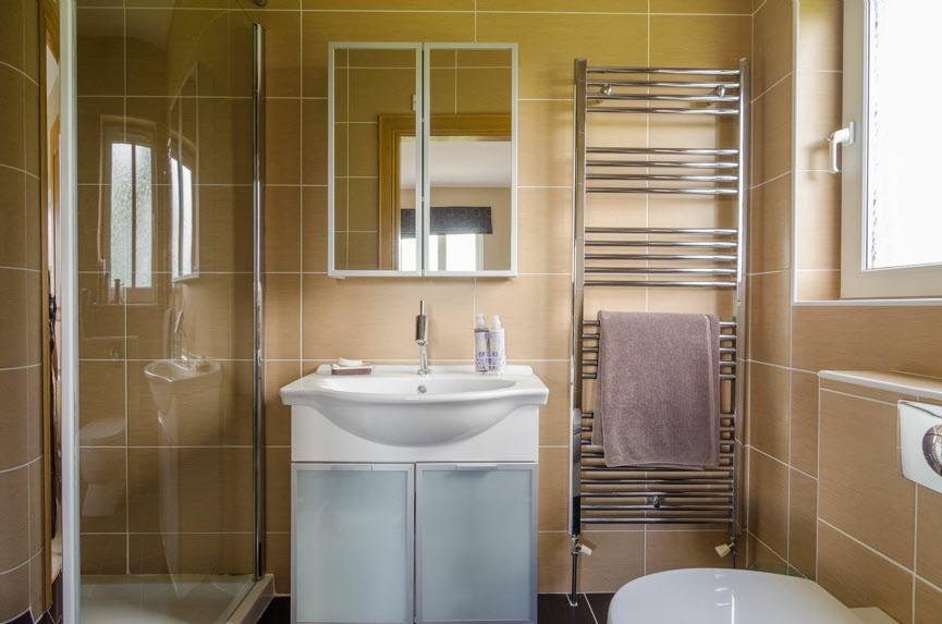 ENSUITE SHOWER ROOM: White suite comprising vanity unit,