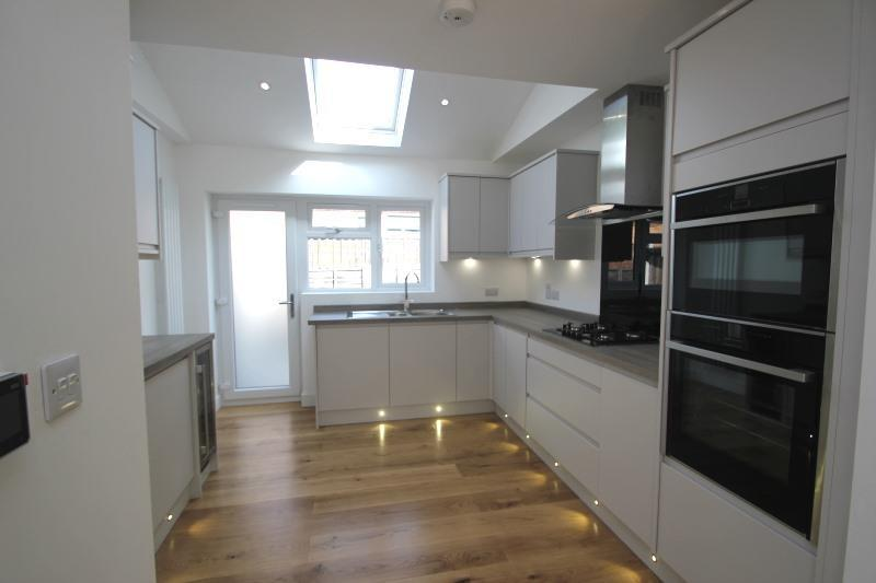 Built-in double oven. Integrated dishwasher, washing machine, fridge-freezer and wine cooler. Kickboard lighting.
