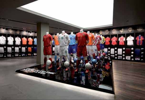 In-store Visual Merchandising 163 This in-store display in Niketown, London, is visually powerful and simply